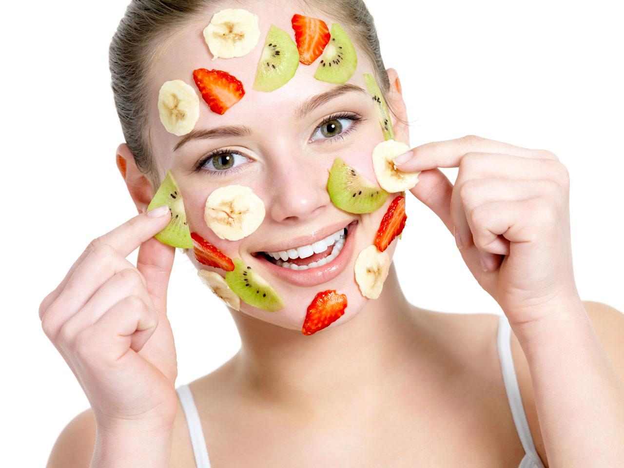 ویتامین A با سرکوب تولید رنگدانه ملانین در پوست موجب روشن شدن پوست میشود.